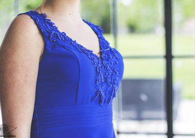 Détail robe bleue, décolleté dentelle