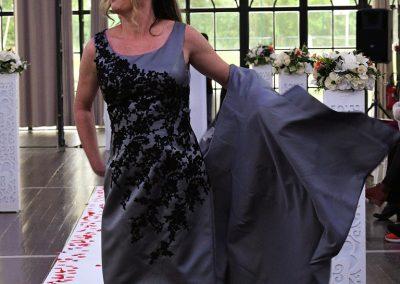 Robe de cérémonie Naomi - couleur grise et broderies noires
